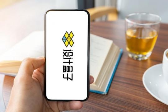 看书喝茶看全面屏手机界面展示样机PSD图片模板