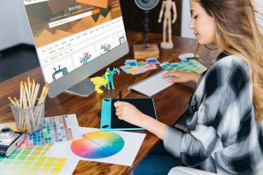 美女设计师正在苹果电脑iMac上绘图屏幕显示内容样机设计素材