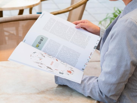 商务女士正在翻阅杂志的内容页显示样机PSD图片模板