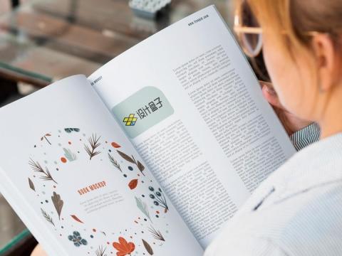 商务女士正在阅读杂志的内容页显示样机PSD图片模板