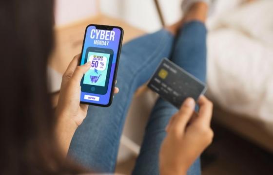 边查看信用卡边查看手机界面显示样机PSD图片模板