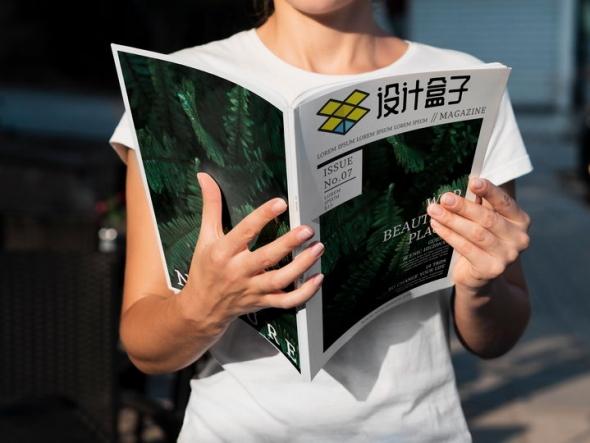 阳光下阅读杂志展示的封面样机PSD图片模板
