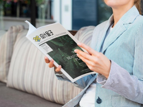 商务女士坐在沙发翻阅杂志封面样机PSD图片模板