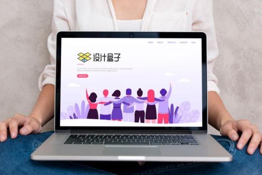 商务女士盘腿为你展示苹果MacBook Pro笔记本电脑屏幕界面样机PSD图片模板