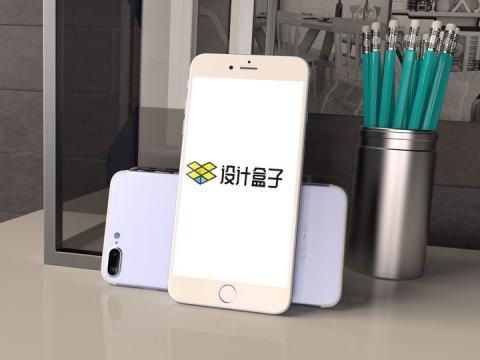 桌面上靠着的两个苹果iphone手机屏幕界面显示样机模板
