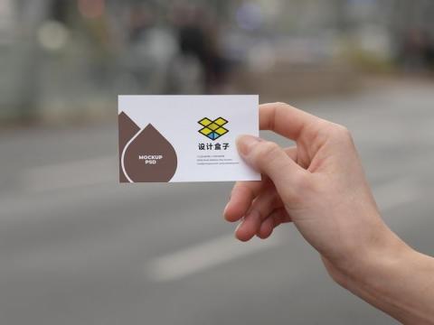 一只手拿着的名片展示样机图片设计模板素材