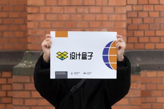 双手高举的海报展示样机图片设计模板素材
