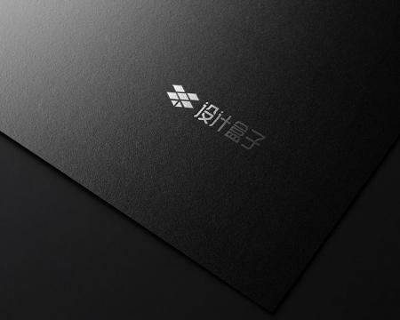 黑色哑粉纸上印刷的银色品牌logo标志样机图片设计模板素材