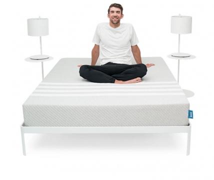 坐在床垫的男人床上用品png图片透明背景免抠素材