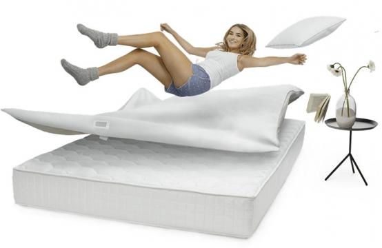 身材好的性感女郎跳在床上的床垫展示效果png图片透明背景免抠素材