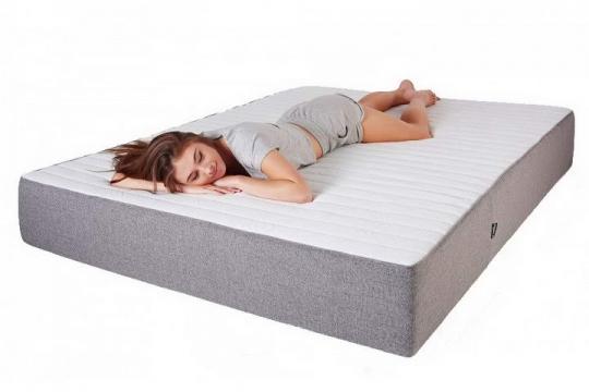 趴在床垫上睡觉的美女床上用品展示png图片透明背景免抠素材